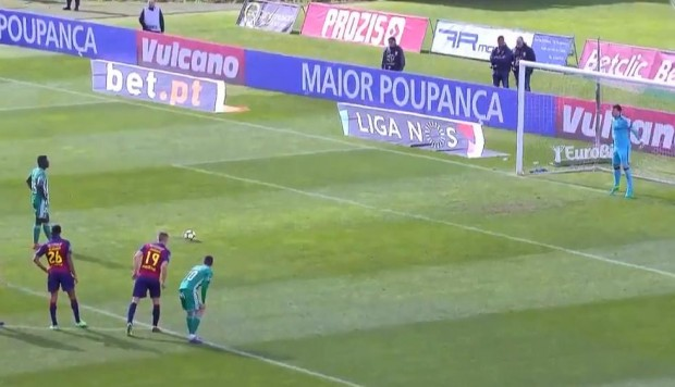 YouTube: ¿Es esta la forma más peculiar de patear un penal? | VIDEO. (Foto: Captura)