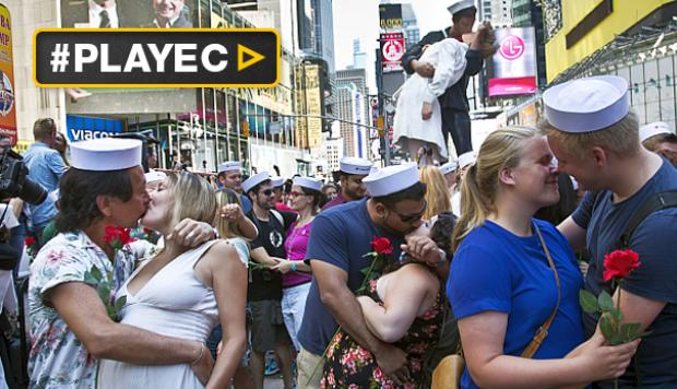 Cientos recrean el beso del Times Square [VIDEO]