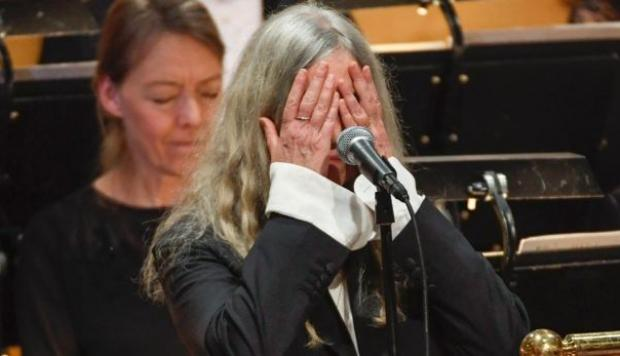 Nobel 2016: Patti Smith erró al cantar tema de Dylan [VIDEO]