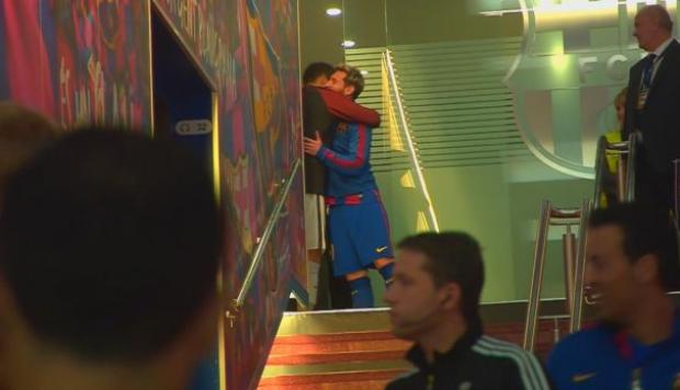 El emotivo abrazo entre Messi y Bravo en el Camp Nou [VIDEO]