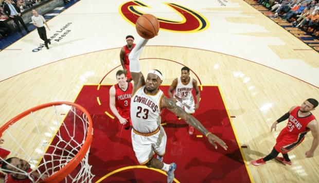 NBA: LeBron James supera a defensa con una monstruosa clavada