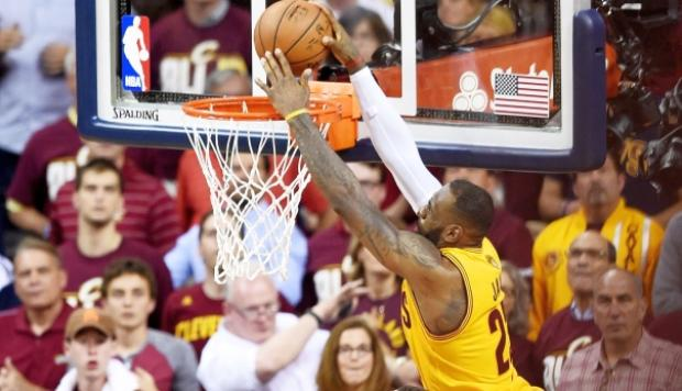 NBA: espectacular clavada de LeBron James en la tercera final
