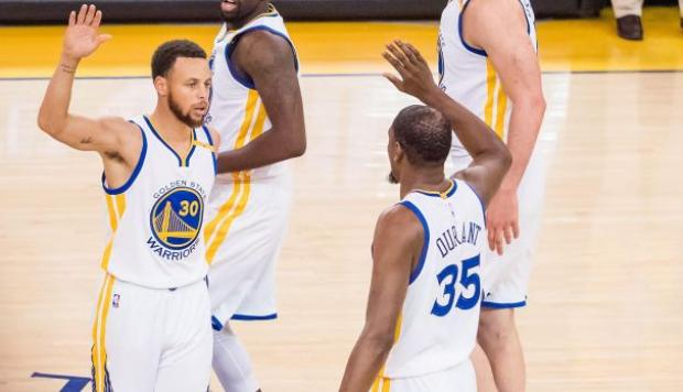 Warriors se imponen 113-111 a los Spurs en primera final Oeste