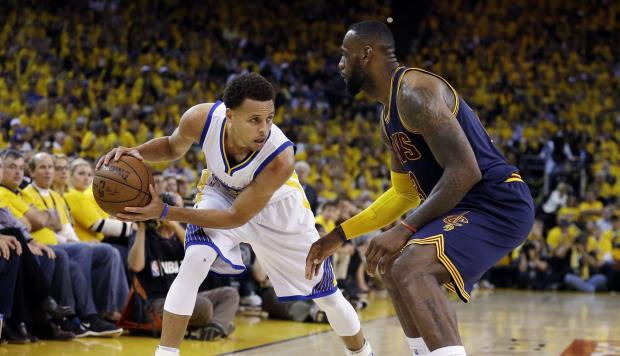 Warriors se van arriba 2-0 con Triple-Doble de Curry