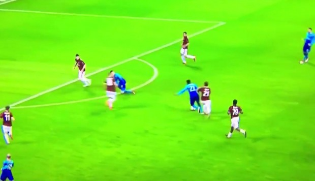 YouTube: el bochornoso remate de un crack del Arsenal | VIDEO
