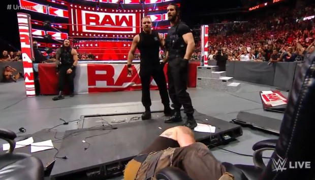 WWE RAW: Reigns fue protegido por The Shield y juntos destrozaron a Strowman. (Foto: WWE)