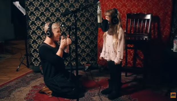 Pink y su hija cantan juntas 'A Million Dreams' en un encantador video | Foto: Captura del video de YouTube