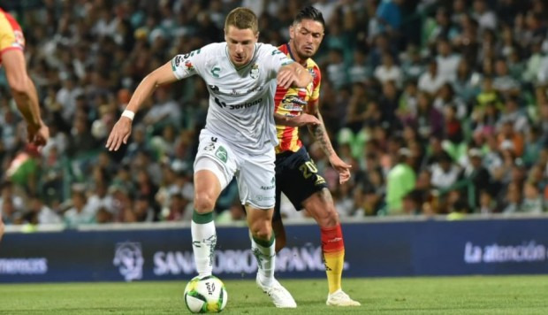 Santos ganó 1-0 a Monarcas Morelia de local y con golazo de Julio César Furch | VIDEO. (Foto: AFP)