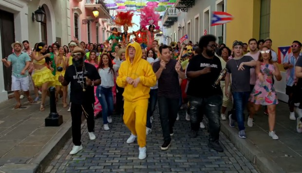 Bad Bunny con Jimmy Fallon y The Roots en Puerto Rico. (Foto: Facebook)