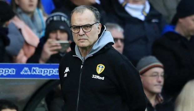 Marcelo Bielsa no podrá disputar la Premier League con el Leeds United. (Foto: AP)