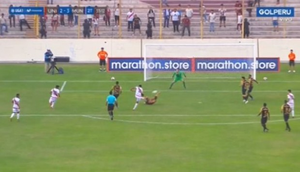Universitario vs. Municipal: Carlos Uribe y el 3-2 tras genial media vuelta dentro del área | Foto: Captura