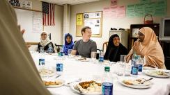 Mark Zuckerberg cena con refugiados somalíes en Minneapolis