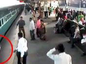 YouTube: pasajero se salvó así de ser aplastado por tren en la India [VIDEO]