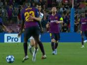 Barcelona vs. PSV: mexicano Hirving Lozano fue embestido por Umtiti | VIDEO