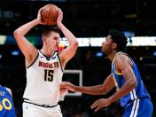 Nikola Jokic lideró a los Denver Nuggets en la victoria 100-98 frente a los Golden State Warriors | VIDEO