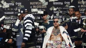 Floyd Mayweather arrojó billetes a Conor McGregor en tercer cara a cara en New York