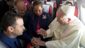 Matrimonio a bordo del avión papal - Reuters