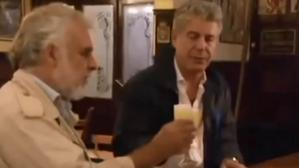 Anthony Bourdain prueba pisco sour en Chile