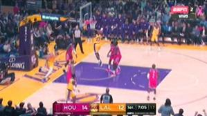 LeBron James y la volcada que hizo delirar el Staples Center | Foto: captura