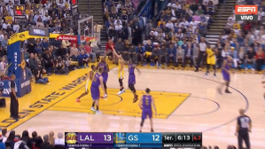 Stephen Curry se coló dentro de la defensa de los Lakers. | Foto: captura
