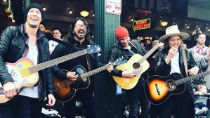 "Instagram: Dave Grohl de Foo Fighters sorprende al cantar ""Let it be"" de The Beatles en un mercado de EE.UU. 
