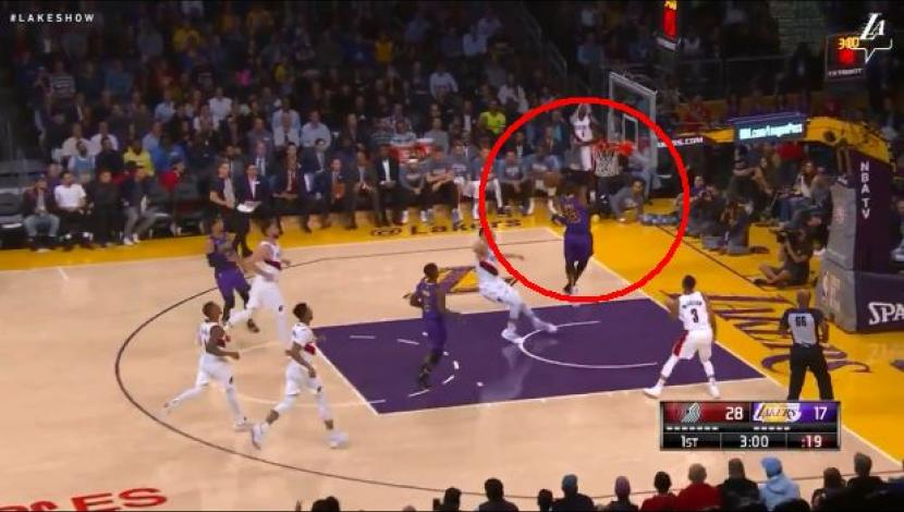 LeBron James commanded a counterattack that ended with a big dunk