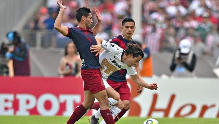 Chivas vs. Pumas, for the tenth anniversary of the Clausura Competition. (Image: EFE)  t