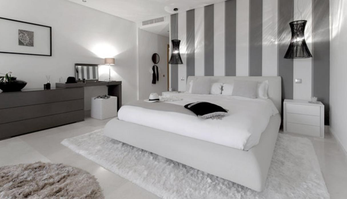 C mo decorar un dormitorio en blanco y negro con maestr a - Color de pared para muebles blancos ...