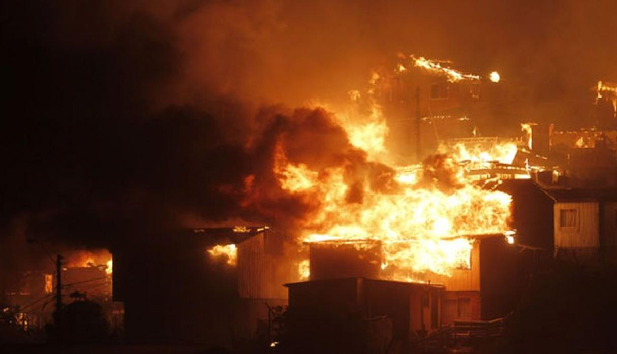 Chile: gigantesco incendio en Valparaíso destruye 500 casas - 1