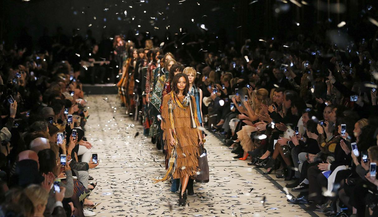 Burberry apuesta por estilo bohemio en Fashion Week de Londres - 2