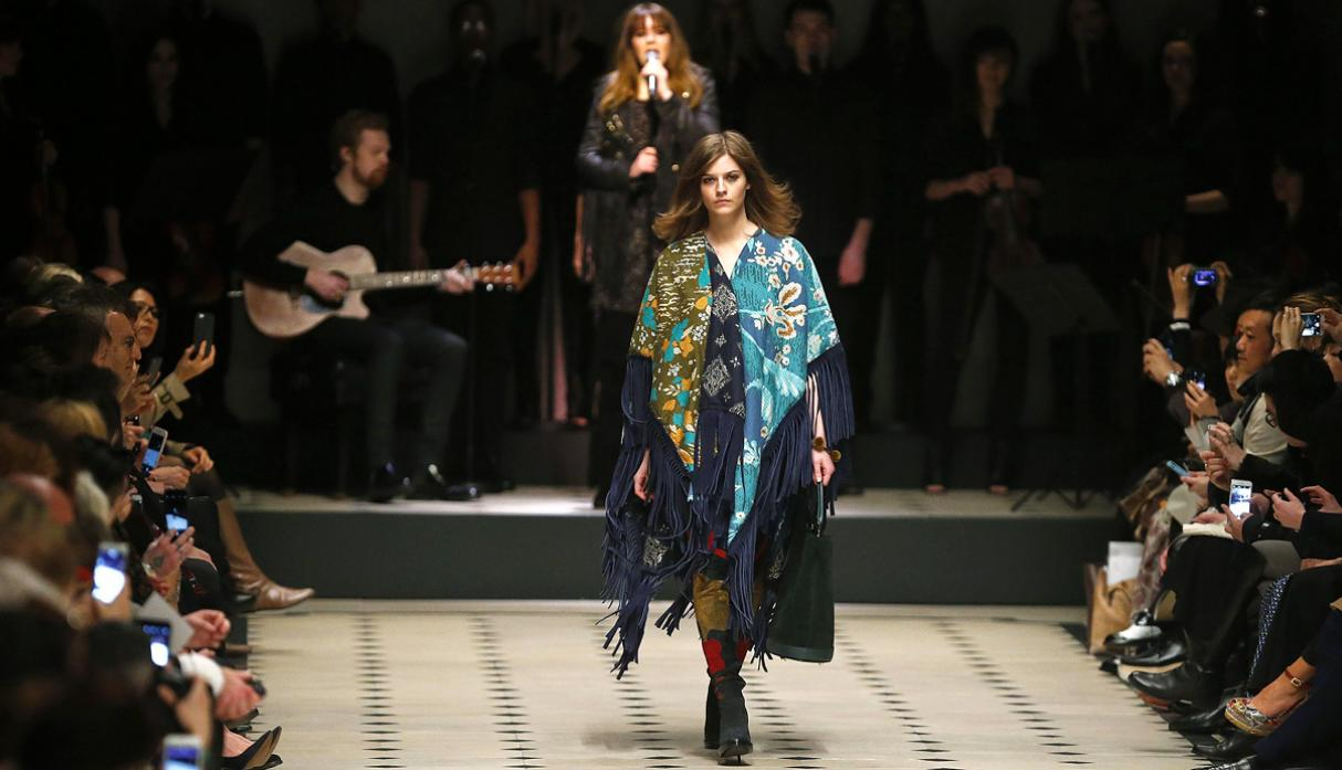 Burberry apuesta por estilo bohemio en Fashion Week de Londres - 11