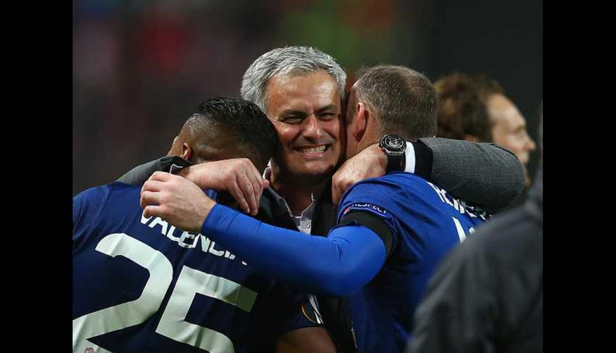 Mourinho abraza a Valencia y Rooney.  (Foto: GettyImages).