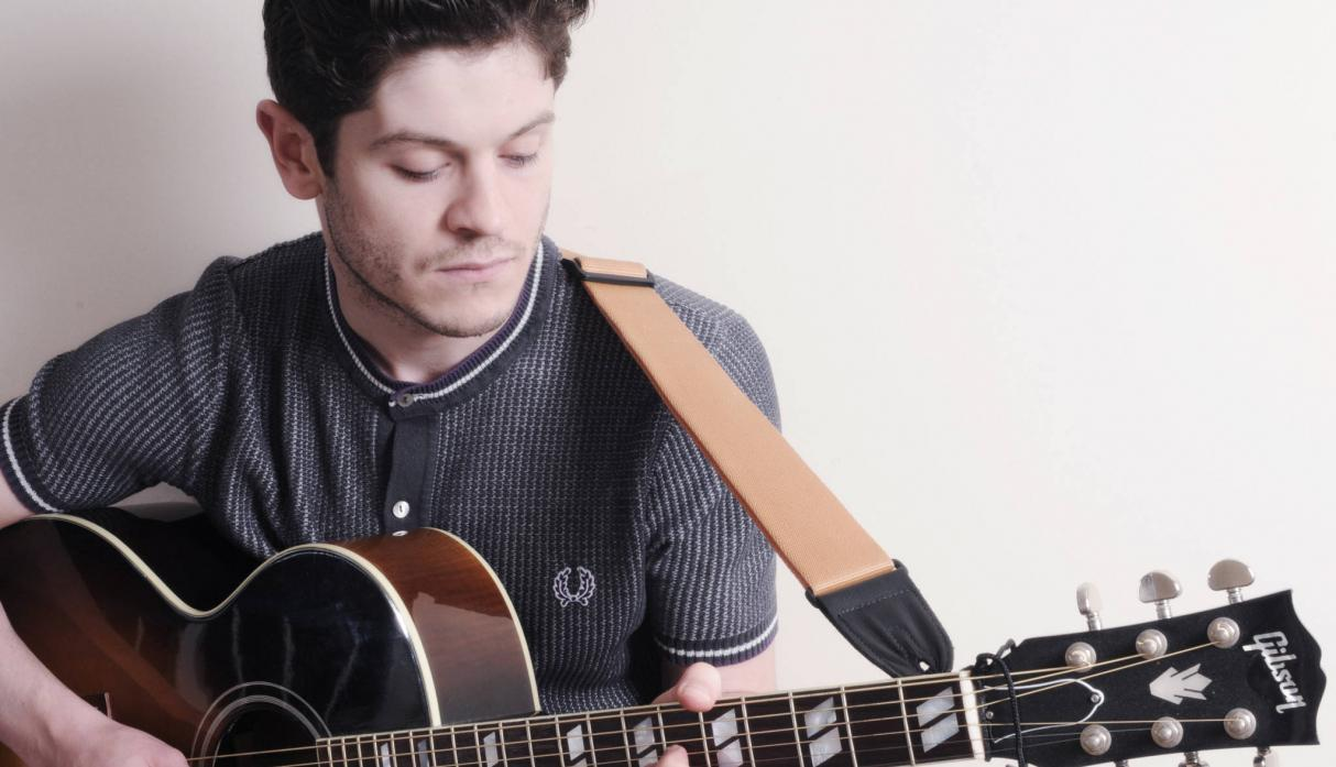 Iwan Rheon, el actor que lo interpreta, es músico.