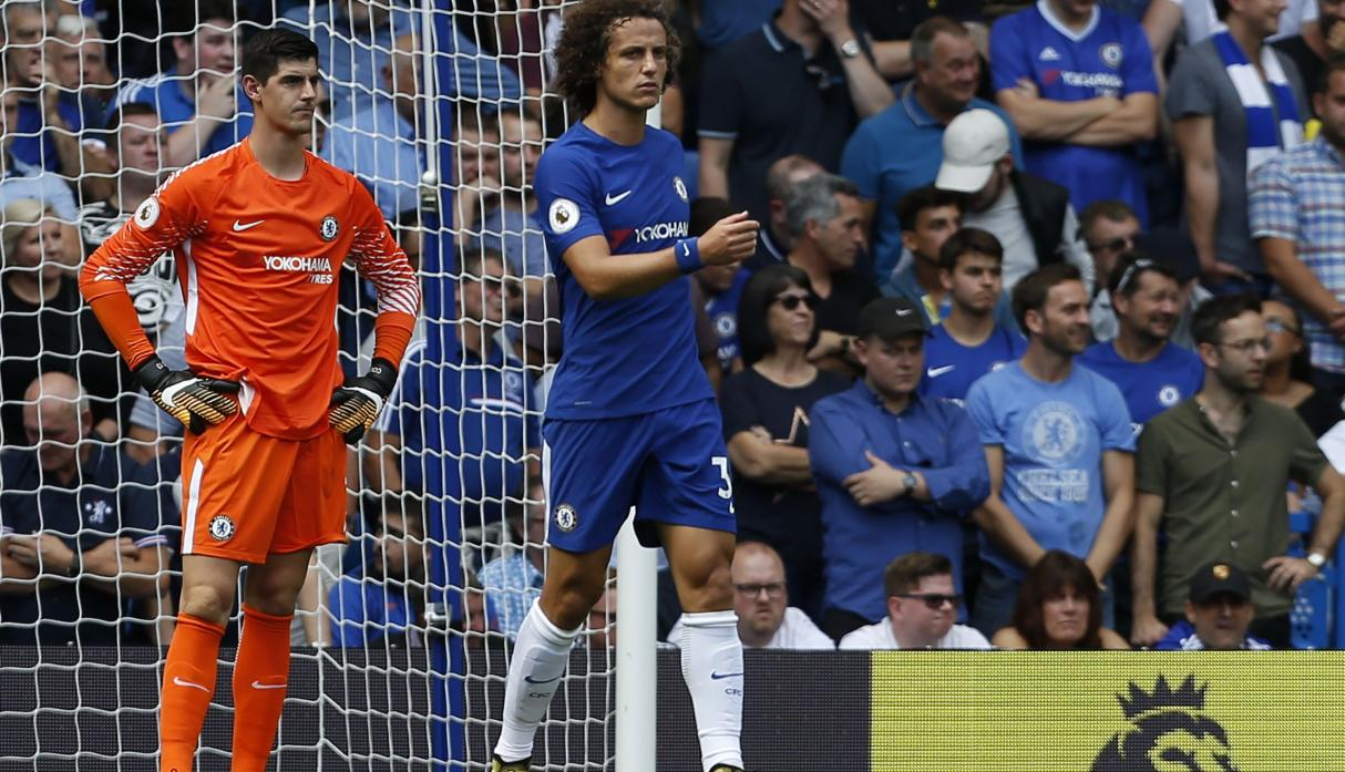 Courtois y David Luiz en estado de desolación ante el desconcierto del público local. (Foto: AFP)