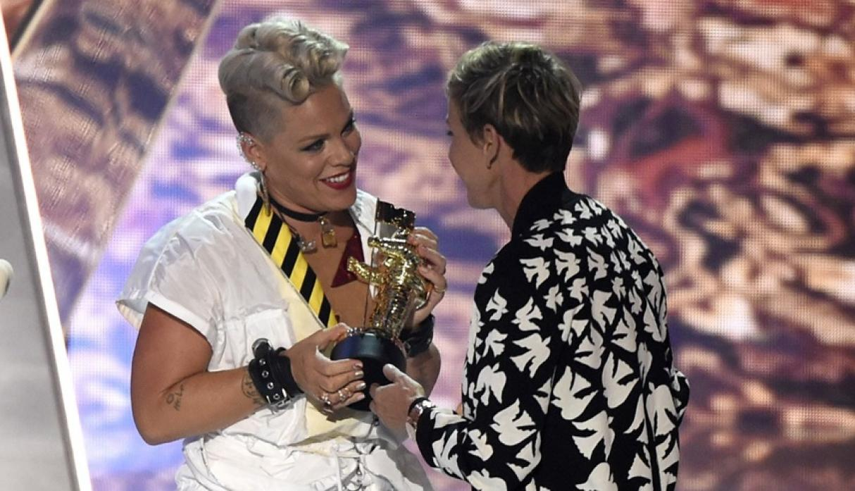 Pink y su hija Willow en los MTV VMA 2017.