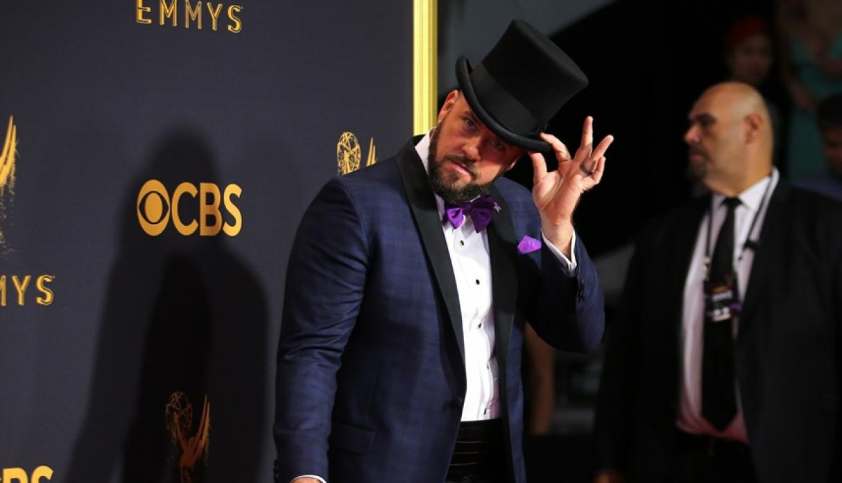 "Chris Sullivan de ""This is Us"" en la alfombra roja de los premios Emmy 2017."