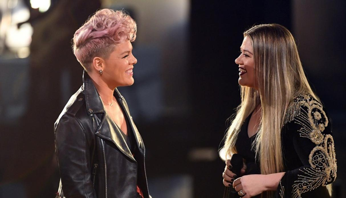 Pink y Kelly Clarkson en los American Music Awards