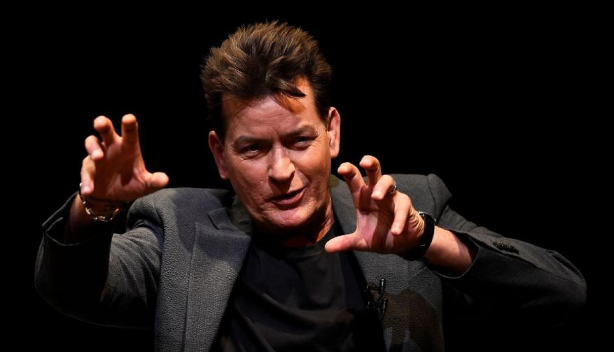 Charlie Sheen demanda a National Enquirer tras ser acusado de abuso sexual