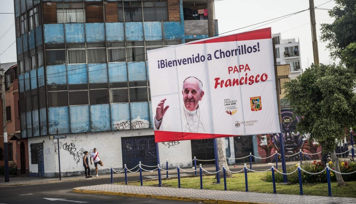Papa Francisco casa a pareja en pleno vuelo — VIDEO