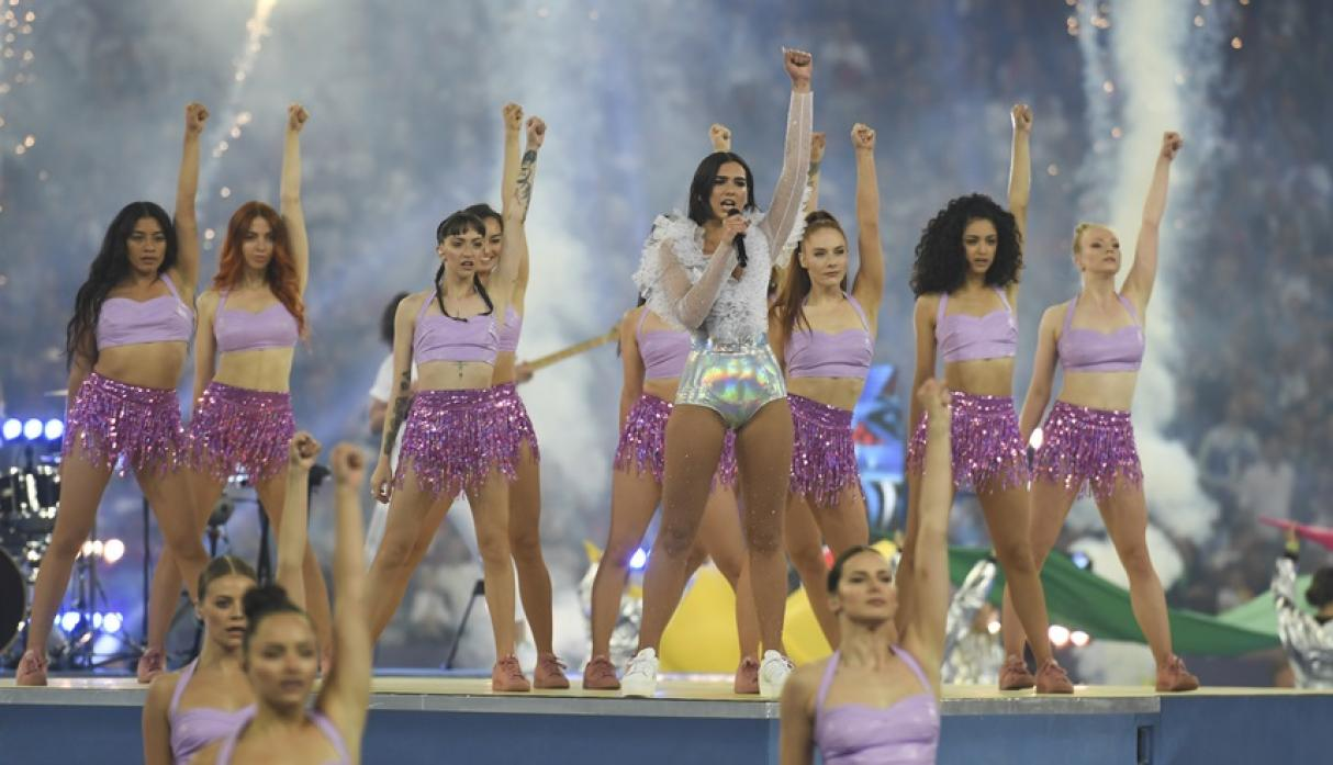 Dua Lipa en la final de la Champions League