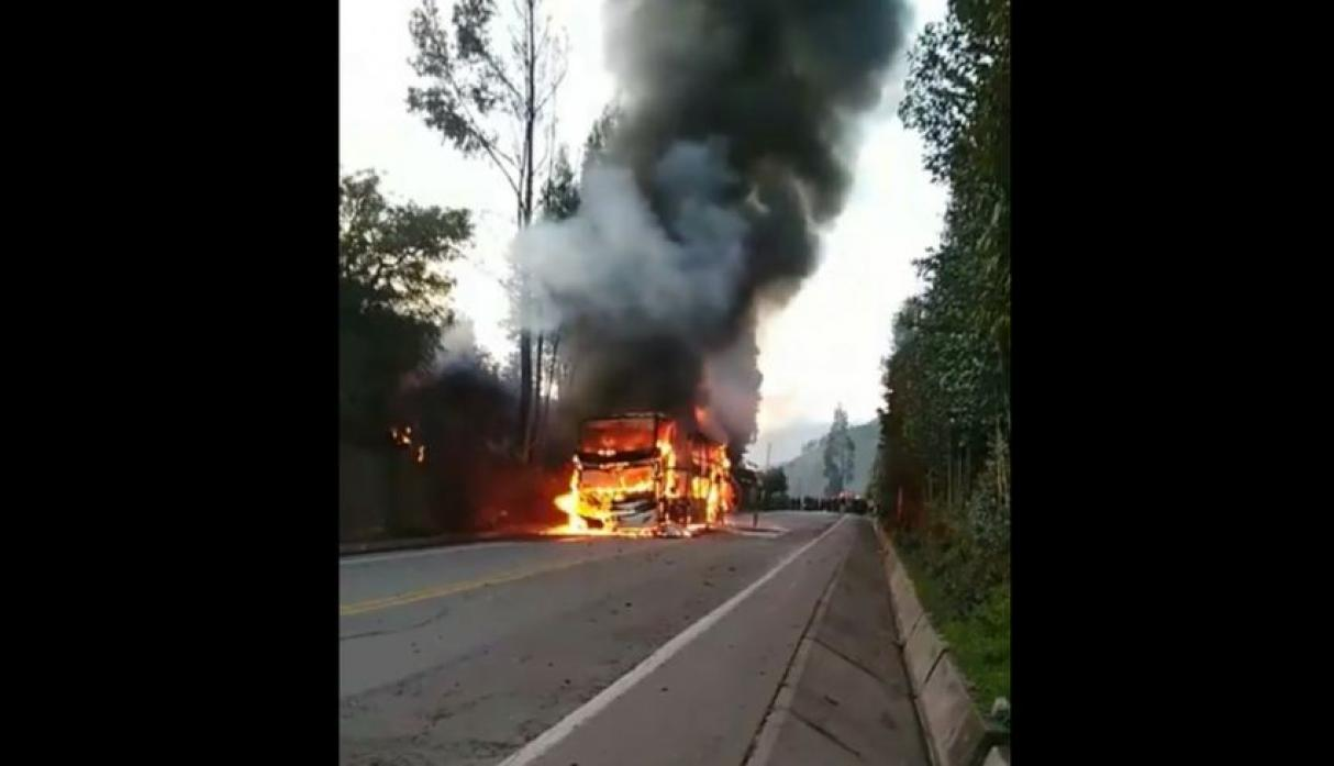 Cusco: bus interprovincial se incendia en plena carretera | FOTOS y VIDEO