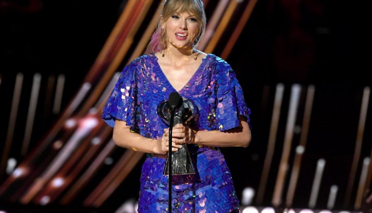 Taylor Swift sorprende con cambio de look en los iHeartRadio Music Awards (Fotos: AFP)