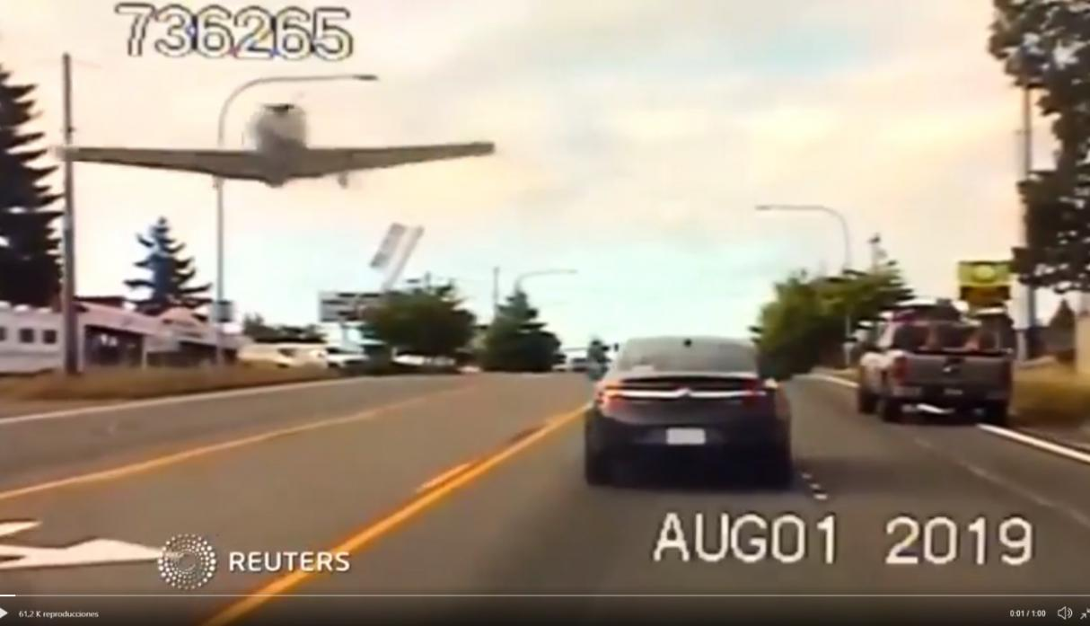 Un avión aterriza de emergencia en plena carretera de Washington — Vídeo