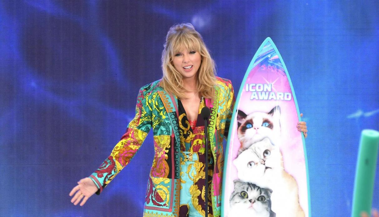 Taylor Swift recibió el premio Ícono en los Teen Choice Awards. (Foto: AFP)