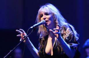 Demandan a Courtney Love por no pagarle a redactor de su libro