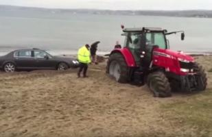 Un tractor se atolla al rescatar un Bentley atollado [VIDEO]