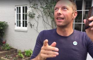 Facebook: Chris Martin comparte video bailando canción de Shakira