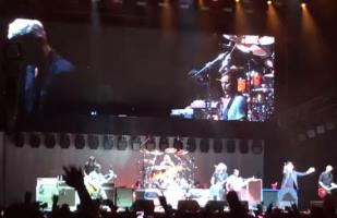 Foo Fighters 'rickrolleó' a su audiencia llevando a Rick Astley al escenario [VIDEO]