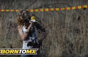Youtube: Reportera termina embarrada en carrera de Enduro | VIDEO