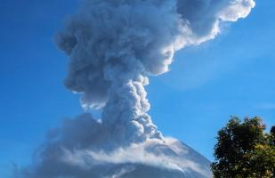 Indonesia: Volcán Merapi registra dos erupciones | VIDEO